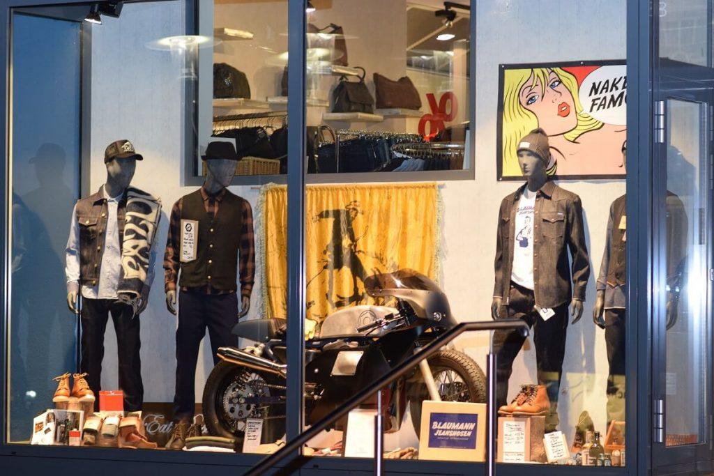 Bei Bremerich Jeans bringt der Jeans-Lieferant auch schon einmal ein Motorrad für in das Schaufenster vorbei: Wrenchmonkees aus Kopenhagen haben früher ausschließlich Custombikes gebaut. Heute produzieren Sie auch Mode.