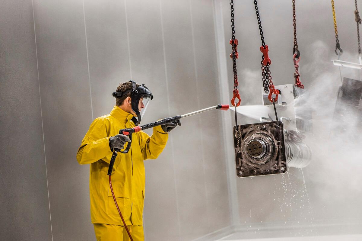 Überragendes Foto: Tim Friedt beim Prozess der Phosphatierung in einer der Kabinen.